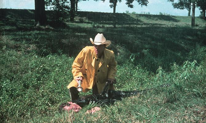 """Wie in vielen anderen Bereichen, so sind auch im Horrorsegment bestimmte Handschriften im Wechsel der Jahrzehnte wiederzuerkennen. Der subtile Horror war ab den 40er Jahren das Maß aller Dinge, welcher schließlich in den späten 70er Jahren von den eher blutigen und überzeichneten Filmen abgelöst wurde. Mit """"Der Umleger"""" erscheint nun ein echter Klassiker des subtilen Horrors erstmals überarbeitet auf Blu-ray und DVD, der ab dem 8. September 2016 im Handel erhältlich ist. Arkansas im Jahre 1946. Im kleinen Städtchen Texarkana wird kurz nach dem Ende des zweiten Weltkrieges ein Pärchen des Nachts überfallen und auf grausame Art und Weise verstümmelt. Beide überleben nur mit Mühe und Not, doch besagtes Verbrechen soll kein Einzelfall bleiben. Nur 21 Tage später schlägt der Täter erneut zu, doch auch diesmal kann Deputy Ramsay (Andrew Prine) den Täter nicht erwischen. Mit dem Texas Ranger J.D. Morales (Ben Johnson) bringt die Polizei ihre wohl stärkste Waffe mit ins Spiel, doch während dieser noch glaubt dem Täter auf der Spur zu sein, ändert dieser plötzlich sein Vorgehen. Anstatt nun des Nachts abseits gelegene Autos und ihre Besitzer zu überfallen, sieht man ihn nun mitten in der Stadt, wo plötzlich niemand mehr sicher zu sein scheint. Mit """"Der Umleger"""" erschuf Charles B. Pierce (Die Nordmänner) vor genau vier Jahrzehnten einen Film der alles andere als erfolgreich an den Kinokassen angelaufen war. Abgestempelt als besserer B-Movie versuchte Pierce mit recht wenig Geld möglichst viel herauszuholen, der mit seiner Handschrift bereits damals ein alter Hut war, änderten sich doch die Sehgewohnten radikal. Sieht man sich seinen Film mehr als 40 Jahren nach seiner Weltpremiere erneut an, ist dies zuweilen genau umgekehrt zu beobachten, denn der Zuschauer hat im Bereich des Horrorfilms inzwischen nahezu jede Grausamkeit erlebt, weswegen grade hier ein erneutes Umdenken stattgefunden hat. Der Trend geht erneut hin zum subtilen Horror, vermischt mit einer Hand voll von Krimi"""